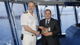 Il Presidente Cannatella e il Comandante della Norwegian: scambio dei crest per il maiden call