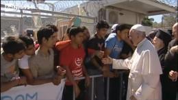 Il Papa saluta giovani profughi a Lesbo