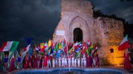 Bandiere di tutti i popoli davanti alla porta di mare