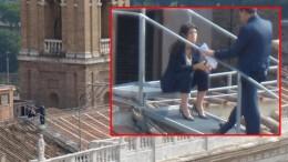 La Raggi sul tetto. Del mondo? No del Campidoglio: sul tetto che scotta, dicono i media....