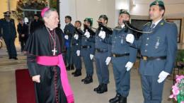 Monsignor Marcianò passa in rassegna un picchetto d'onore