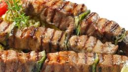 I souvlaky, spiedini di carne prevalentemente ovine, sono uno dei simboli della cucina greca. La preparazione alla brace li priva di una parte dei grassi...