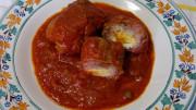Involtini di carne al sugo: sono diffusi in varie parti della Penisola. A Palermo si preparano prevalentemente alla brace, alla piastra o in forno. Il rosso non compare certo se non talvolta (un po') nel ripieno (e non è da puristi)