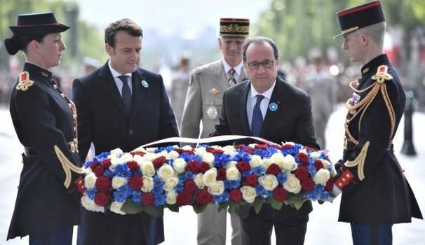 Il passaggio delle consegne sotto costante sguardo vigile della grandeur (un generale che sembra De Gaulle)
