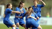 Le azzurre del calcio femminile gioiscono dopo un gol