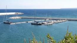I due pontili già attivi nel bel porto di Balestrate. E' uno dei meglio protetti della Sicilia. Il rivestimento interno delle dighe, a ridosso della passeggiata, è in pietra marmorea grezza locale.