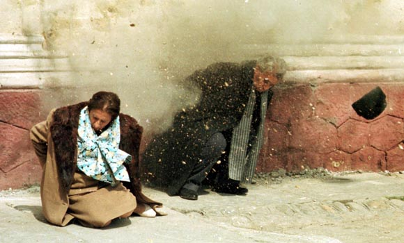 Una delle più brutte immagini del secolo scorso: l'esecuzione dei coniugi Ceausescu. Morirono dignitosamente dopo esser stati lasciati a pane e acqua, intonando l'inno alla libertà.