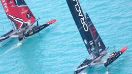 """In un'ingaggio di bolina, New Zealand sembra """"sfilare"""" sottovento ad Oracle: una manovra difficile basata sull'alta velocità dell'imbarcazione..."""