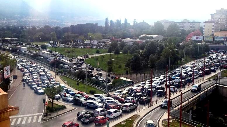 Un'immagine non rara a Palermo: ingorgo a 360 gradi. La circonvallazione è anche autostrada  via commerciale e ospita il tram sempre vuoto o quasi...