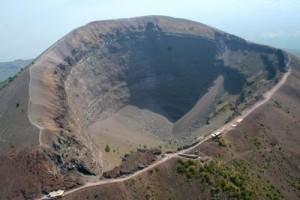 Il cratere del Vesuvio con la passeggiata turistica lungo l'orlo, percorribile senza guida