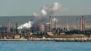 L'acciaieria di Taranto ha problemi d'inquinamento, ma è comunque la seconda d'Europa. Si pensi alla Fincantieri e al Gruppo Fiat: l'Italia non è solo turismo pizza e amore...