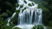 Acqua in una delle tante sorgenti dell'Umbria, ma anche Vico del Gargano è...  la città dalle cento sorgenti. Enormi quantità di acqua si perdono per il piacere di vederla scorrere.