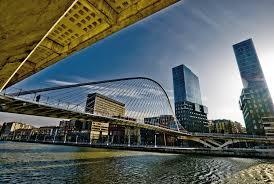 Un'immagine di Bilbao dove la modernità non penalizza la tradizione e le caratteristiche del centro storico...