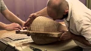 Un vasaio. Oggi produce oggetti da ornamento e souvenir. Opportuni in un paese ...turistico.