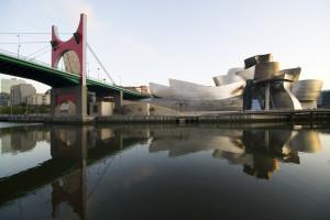 """Il Museo Guggenheim a Bilbao, dove i ponti """"si fanno)"""