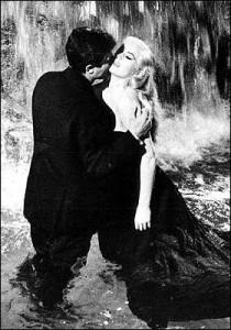 """Marcello bacia Anitona nella Fontana,dopo il famoso: """"Marcello, Marcello!"""": è La Dolce Vita secondo F.Fellini al tempo del Boom, parola coniata per la ripresa italiana post bellica, famosa e adottata nel mondo."""