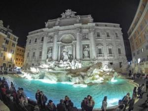 Fontana di Trevi notturno: un fiume la alimenta, appunto il Trevi.