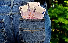 Tanti soldi in tasca ai jeans: la società opulenta ci riduce in pantaloni di pezza pezza e scarpe di plastica, ma il cuore batte ancora e i polmoni respirano senza il tubo dell'ossigeno. Non è coma...