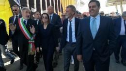 Il ministro Graziano del Rio e il presidente della Regione Giovanni Toti al centro della tradizionale passeggiata inaugurale attraverso la fiera