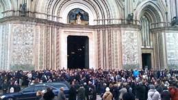 """La piazza del Duomo di Orvieto nell'ultima uscita di Don Italo dalla """"sua"""" chiesa"""