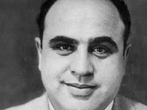 Al Capone in molte immagini appare con un dolce sorriso dolce: l'inquilino della porta accanto.