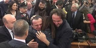 Cateno dopo l'assoluzione piange