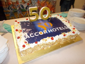 Arriva l'immancabile torta con il marchio e i colori AccorHotels