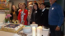 Foto ricordo: al centro in rosso la giovane vice direttrice dell'Ibis Ludmilla accanto alla signora Maria Zappalà