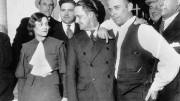 """John Dillinger non era di origine italiana: qui il famoso fuorilegge è a destra con la mano in tasca. Mafiosi e Gangster americani (Chicago anni 30 3 40 etc) erano personaggi  differenti da Riina e Provenzano. Tuttavia lo schema di allora può essere esemplificativo, i contatti con i politici e le lobby: in Usa un posto di manager si ottiene solo con la lettera di un paio di lobby. In Giappone """"la mazzetta"""" viene consegnata """"in chiaro""""..."""