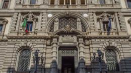 Il monumentale e severo prospetto della Banca d'Italia: ha perso la sua più importante funzione, di battere moneta, ma non sembra svolgere neppure gli altri ruoli istituzionali...