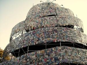 Una simbolica Torre di Babele in cui sono esposti libri di tutto il mondo: perché tra essi regni l'armonia delle culture e non una gran confusione