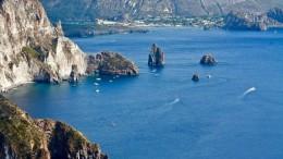 Faraglioni fra Lipari e Vulcano. Sullo sfondo la baia di Ponente a Vulcano.
