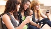 """Ragazze chiacchierano ma non smettono di """"smanettare"""" sul rispettivo smartphon..."""