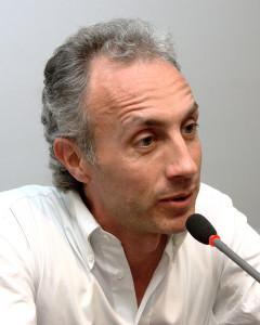 """Marco Travaglio, un antipatico per posa e vocazione, ci è diventato simpatico con la sua equidistanza e la definizione del """"giornale unico""""."""