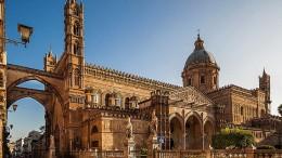L'esterno della Cattedrale nella sua prospettiva più fastosa e più nota è considerata fra le più belle anche per l'armonioso sovrapporsi degli stili...