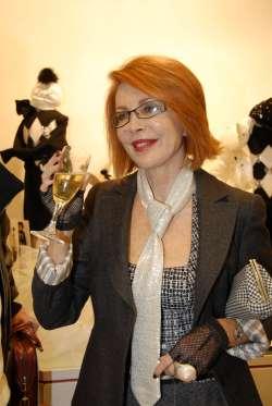 """Marina Ripa Meana in una mise sobria. Amava i cappellini e ne indossò anche qualcuno con le corna. Teneva essere sorprendente nell'aspetto e nelle sue """"boutade""""."""
