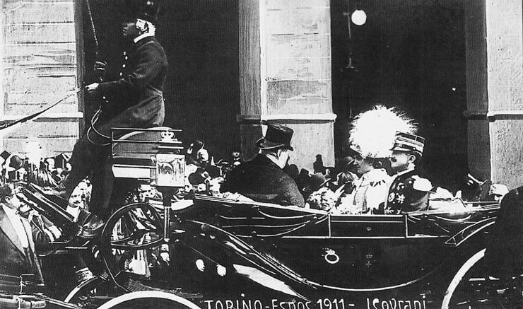 Un'immagine felice del Re e della Regina in carrozza verso l'Expo di Torino