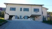 Scuola elementare a Fiastra: Cemento armato a pezzi. Si può costruire meglio. Svariate le tecniche anti sismiche...