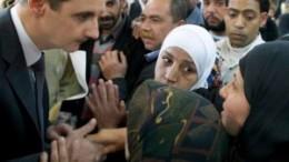 Assad in mezzo al suo popolo quando il suo era un paese felice, il più colto ed evoluto del mondo musulmano, con alta presenza cristiana.