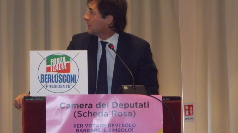 Francesco Cascio durante il discorso si gira a guardare lo schermo con l'immagine di Foza Italia per dare intensità al proprio messaggio: portate più avanti possibile il nostro partito, Forza Italia e Berlusconi. (Foto Gesse)