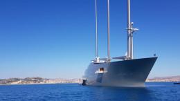 """Il super maxi yacht """"A"""" in rada davanti al porto di Licata ha poi fruito dei servizi del Marina di Cala del Sole."""