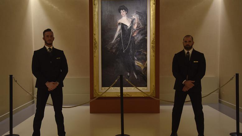 Il quadro di Donna Franca Florio in mostra a Villa Zito adeguatamente piantonato (Foto Angelo Modesto)
