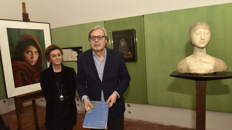 Vittorio Sgarbi illustra i motivi del triplice accostamento fra le due opere contemporanee di fine 400 e un'opera moderna: la foto di McCurry. (Foto Angelo Modesto)