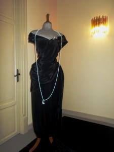 Il vestito che Franca Florio indossa nel quadro con un riproduzione della famosa collana, esposto a Palazzo Zito.