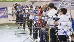 Un'immagine d'archivio di arcieri in gara. Questo antichissimo sport, mutuato dall'uso comune di vita, farà parte d el programma olimpico.