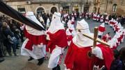"""I primi confratelli .""""gli incappucciati"""" nel Venerdì santo, aprono il corteo reggendo il manto della Madonna Addolorata"""