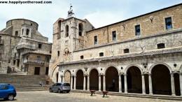 """La piazza di Petralia Soprana che, nelle Madonie, somiglia al """"tetto del mondo"""": questa piazza è un tesoro architettonico che merita """"la salita""""."""
