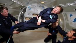 Hawking in un momento felice, invitato dalla Nasa a provare in simulazione gravità zero.