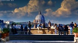 Quanto sei bella Roma! I turisti l'ammirano dall'Aventino nella foto di Giovanni Carrieri. www.giovannicarrieri.com