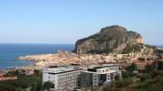 L'ospedale Fondazione Giglio sullo sfondo dello splendido scenario di Cefalù.